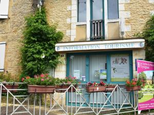 The facade or entrance of Beautiful Holiday Home in Salignac-Eyvigues amid Nature