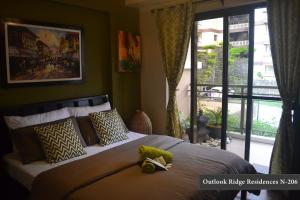 A bed or beds in a room at Outlook Ridge Residences N-206