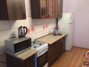 Кухня или мини-кухня в Апартаменты на улице Тельмана 150/10
