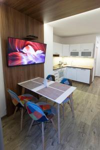Televízia a/alebo spoločenská miestnosť v ubytovaní Rooftop apartment II.