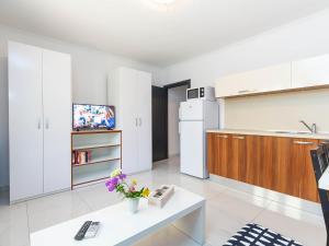 A kitchen or kitchenette at Apartmani Maria