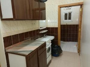 A kitchen or kitchenette at AL Faridah Furnished Units