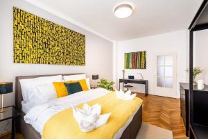 Ένα ή περισσότερα κρεβάτια σε δωμάτιο στο Prague Authentic Apartment at Historical Square