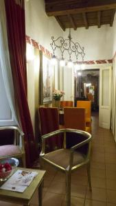 A restaurant or other place to eat at Appartamento Corso dei Tintori by DdV Tourist Apartments