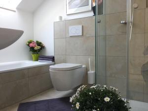 A bathroom at Traumhafte See- und Alpensicht