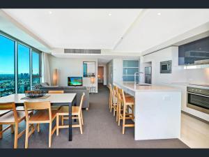 Virtuvė arba virtuvėlė apgyvendinimo įstaigoje Luxury 5 Star Surfers Paradise Residences