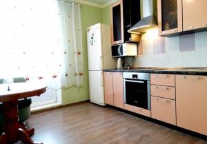 A kitchen or kitchenette at Inndays Apartment Podolsk VLKSM