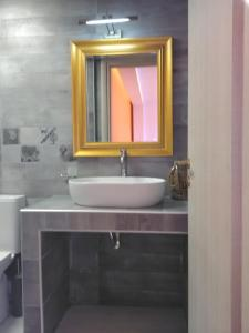 A bathroom at Mikros Gialos Apartments