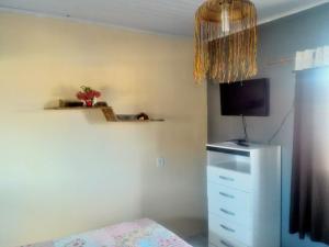 Uma TV ou centro de entretenimento em Alto Paraíso Flats