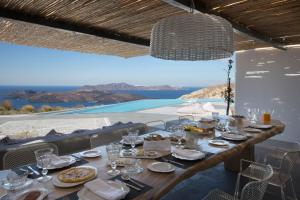 A restaurant or other place to eat at Erosantorini