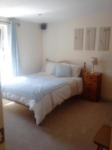 A bed or beds in a room at Swinford Bridge Street Apartment