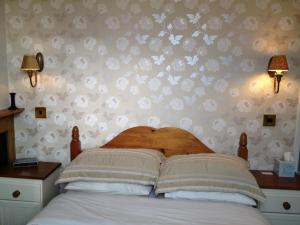A bed or beds in a room at Milton Villas
