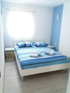 A bed or beds in a room at Apartman Elena