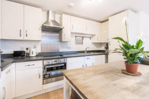 A kitchen or kitchenette at Contemporary and Bright 2 Bed Flat in East London