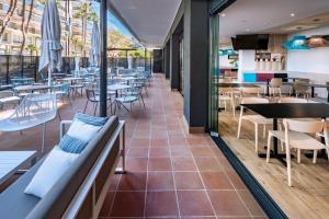 Un restaurante o sitio para comer en Aparthotel Marinada