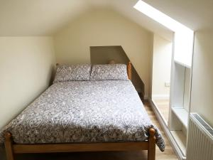 A bed or beds in a room at Renovated Newly Equipped House With Double & Twin Rooms To Rent