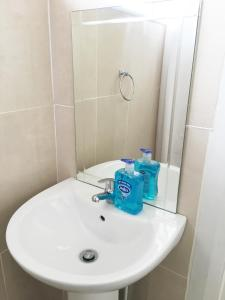 A bathroom at Renovated Newly Equipped House With Double & Twin Rooms To Rent
