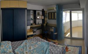 A bed or beds in a room at Apartament Faleza Nord 2