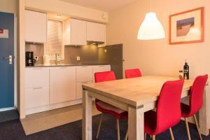 Een keuken of kitchenette bij Kaap appartementen