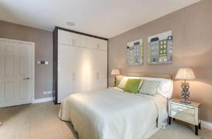 A bed or beds in a room at Beautiful 2 Bed Apartment