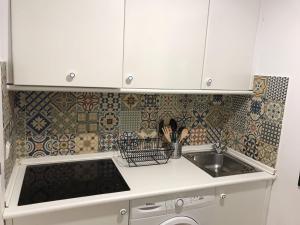 A kitchen or kitchenette at CLB Apartamento Alameda