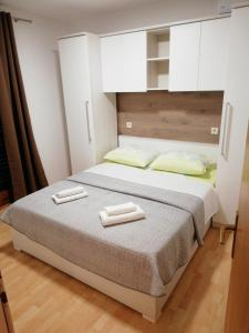 A bed or beds in a room at Apartmani Roko