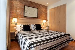 Ліжко або ліжка в номері Serennia Cest Apartamentos Arc de Triomf