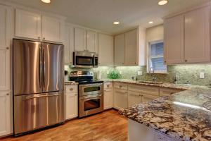 A kitchen or kitchenette at Boaters Paradise 10Rp Home