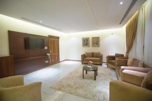 A seating area at Al Fouz Luxury Hotel Suites
