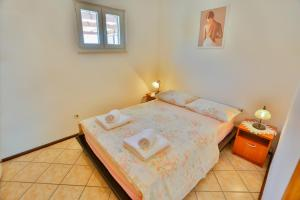 A bed or beds in a room at Apartments Riki