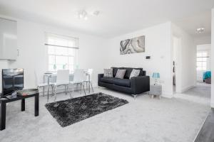 A seating area at Elthorne Luxury Apartments - Uxbridge