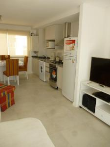 Una cocina o kitchenette en 1-1/2 AMB c/BALCON SOLEADO en EDIFICIO FRENTE AL MAR