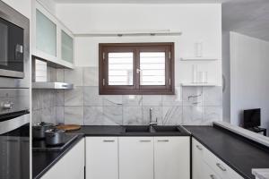 A kitchen or kitchenette at Sunrise Paros