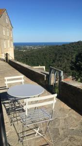A balcony or terrace at Maison en Pierre - Proche de la Mer