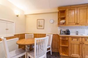 A kitchen or kitchenette at NEW Cosy 2 Bedroom Detached House West Finchley