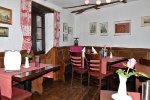 Ein Restaurant oder anderes Speiselokal in der Unterkunft 1463 Apartmenthaus