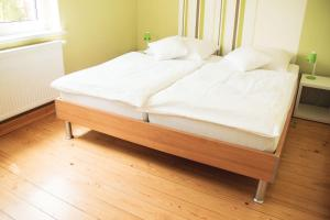 A bed or beds in a room at Ruhig, modern & Nähe Altstadt!