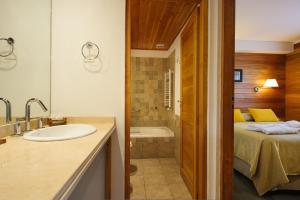 Un baño de Del Sauco Apart & Spa