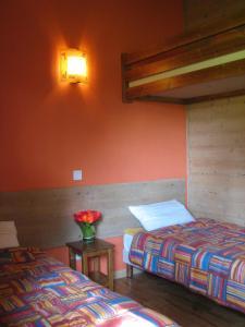 Un ou plusieurs lits dans un hébergement de l'établissement Chalets Les Lodges du hérisson
