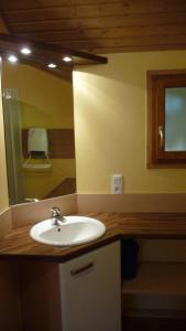 Salle de bains dans l'établissement Chalets Les Lodges du hérisson