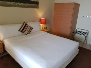 A bed or beds in a room at Ascott Park Place Dubai