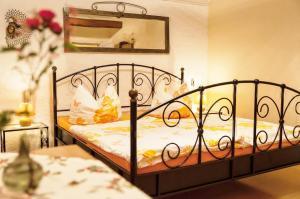 Ein Bett oder Betten in einem Zimmer der Unterkunft Pension Vier Napoleonslinden