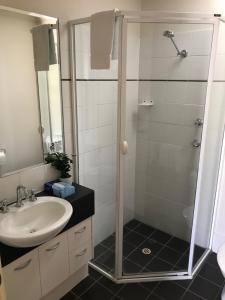 A bathroom at RNR Serviced Apartments Adelaide - Sturt St