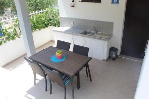 A kitchen or kitchenette at Apartment Tonka