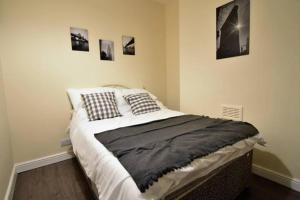 A bed or beds in a room at *Coventry University 1 Mile Away- 4 Bedrooms
