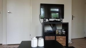 A television and/or entertainment center at Relaxen in het bos