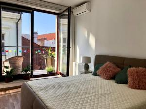 A bed or beds in a room at Heart of the Old Town Apt - Terrace&View