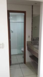 A bathroom at Apartamento no Riviera Park