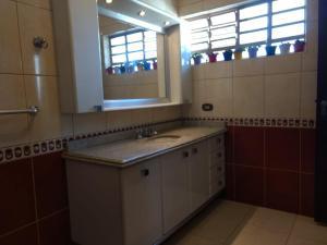 A bathroom at Casa confortável próxima ao centro de Poços