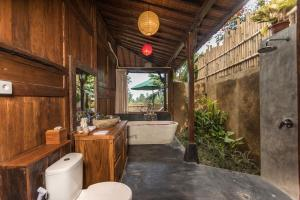 A bathroom at Kawan Antique Ubud Villa